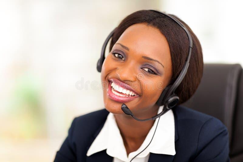 Operador de centro de atención telefónica africano foto de archivo libre de regalías