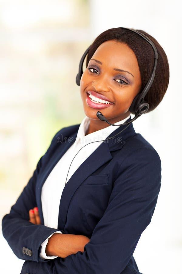 Operador de centro de atención telefónica africano foto de archivo