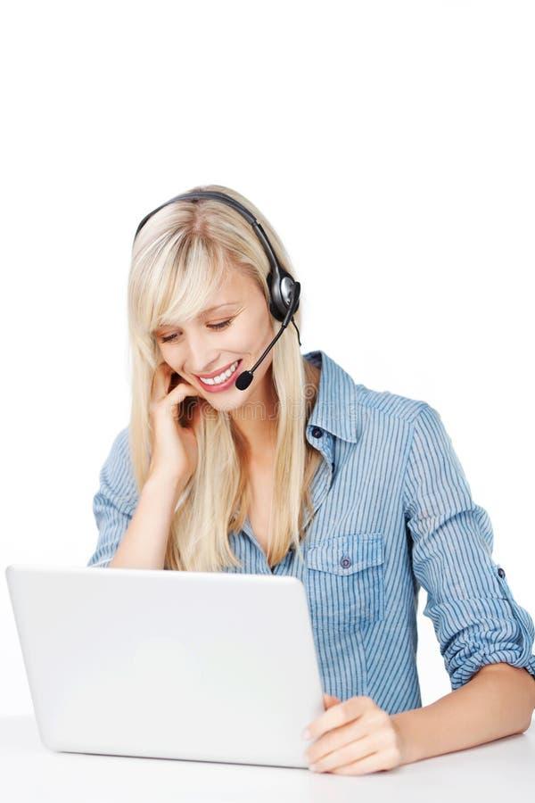 Operador de centro de atención telefónica alegre imagen de archivo libre de regalías