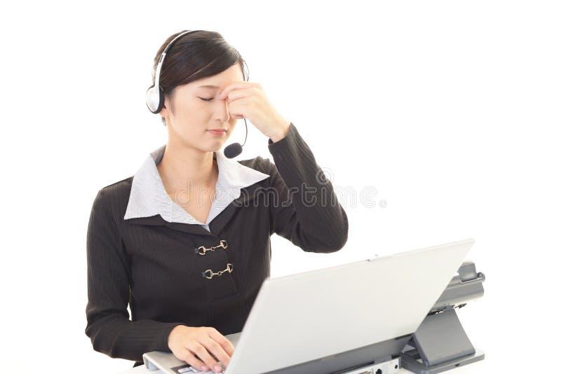 Operador de centro de atención telefónica cansado fotos de archivo libres de regalías