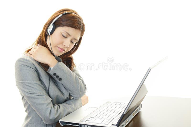 Operador de centro de atención telefónica cansado y subrayado fotografía de archivo