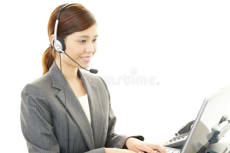 Operador de centro de atención telefónica de trabajo imagenes de archivo