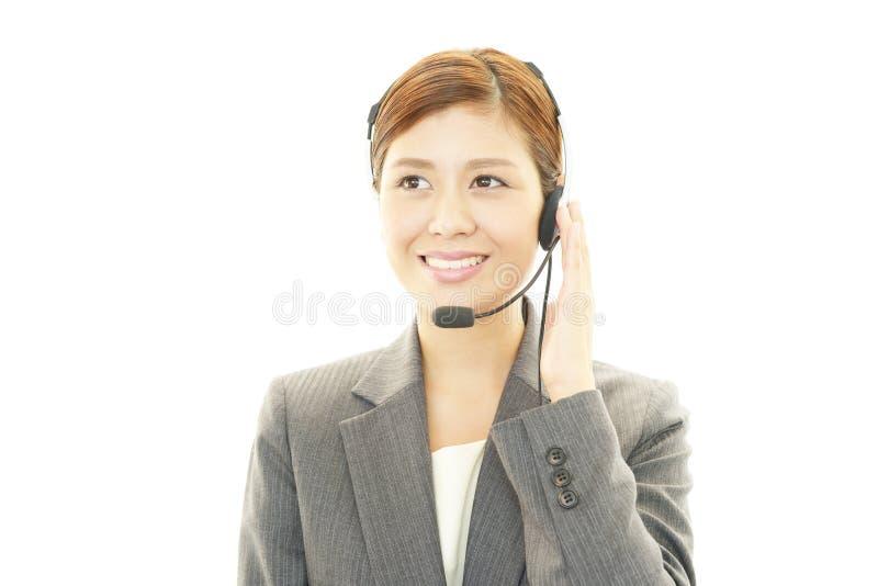 Operador de centro de atención telefónica sonriente fotografía de archivo libre de regalías