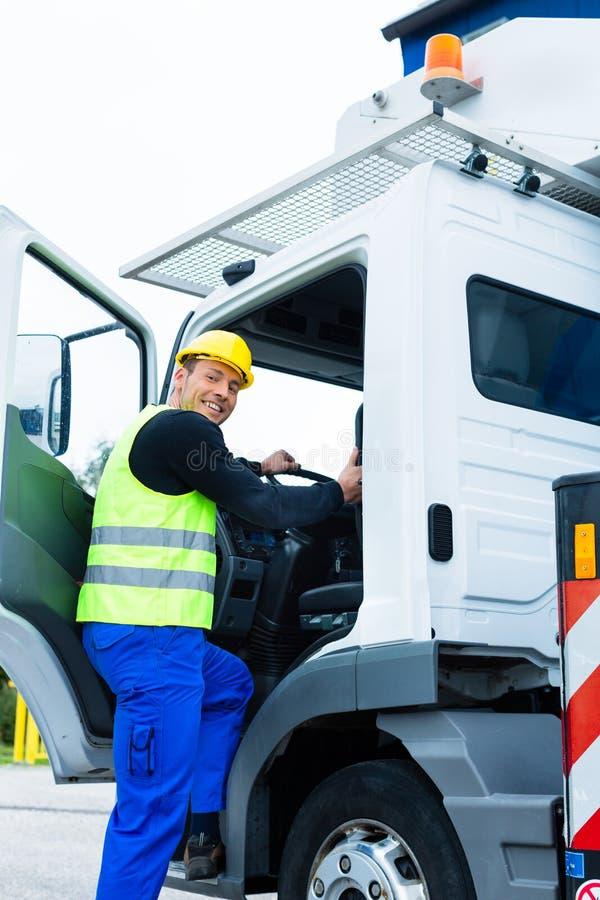 Operador de guindaste que conduz com o caminhão do canteiro de obras fotografia de stock royalty free