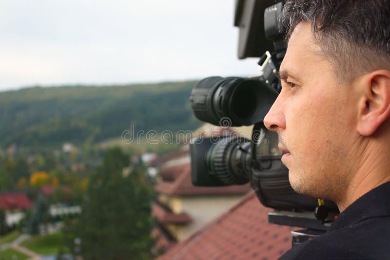 Operador de la cámara que trabaja con una cámara de televisión de la difusión del cine fotografía de archivo libre de regalías