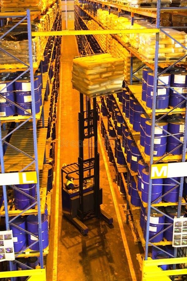 Operador de la carretilla elevadora en almacén fotos de archivo libres de regalías