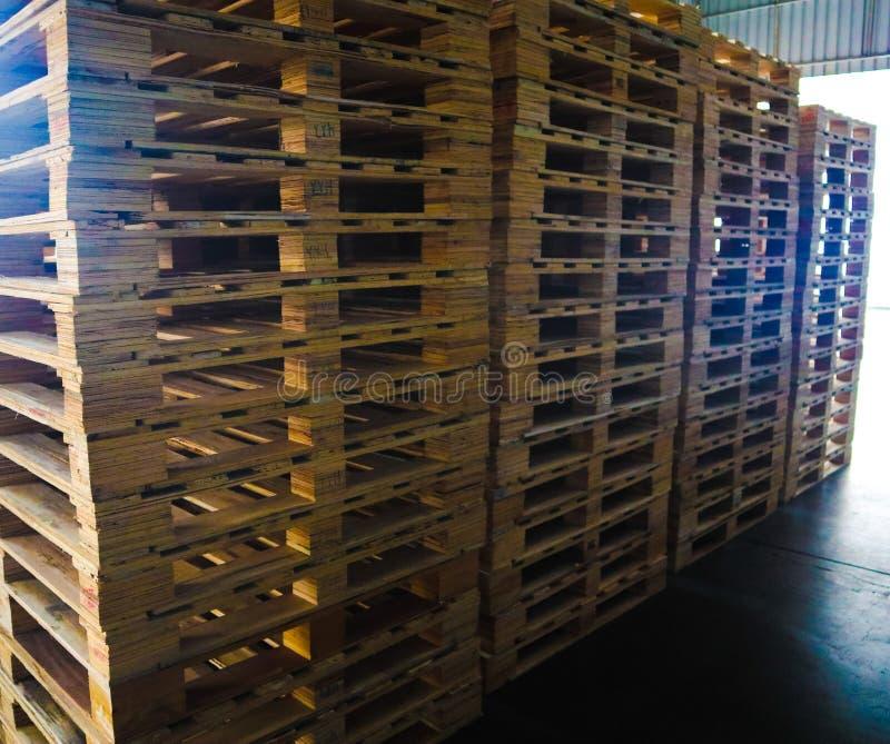 Operador de la carretilla elevadora que maneja las plataformas de madera en el cargo del almac?n para el transporte a la f?brica  imágenes de archivo libres de regalías