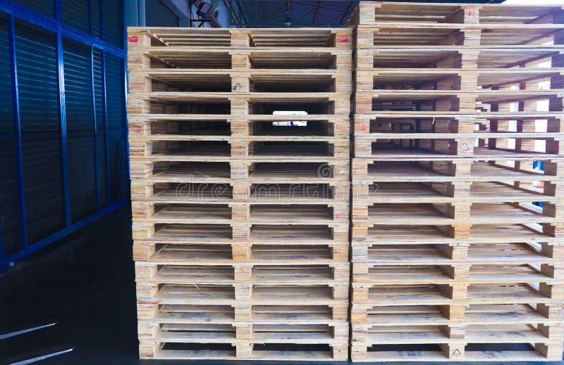 Operador de la carretilla elevadora que maneja las plataformas de madera en el cargo del almac?n para el transporte a la f?brica  fotografía de archivo