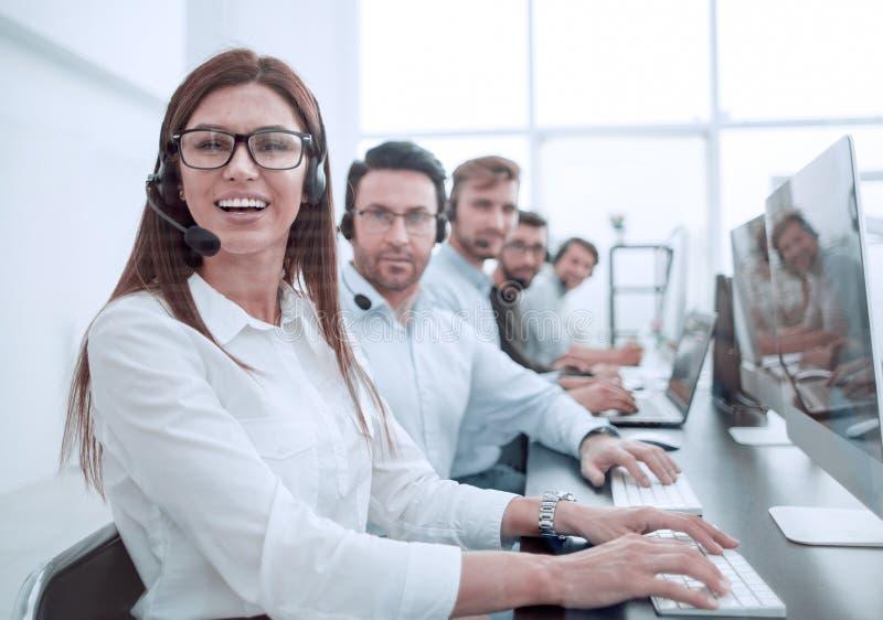 Operador de la mujer en el lugar de trabajo en el centro de atenci?n telef?nica foto de archivo
