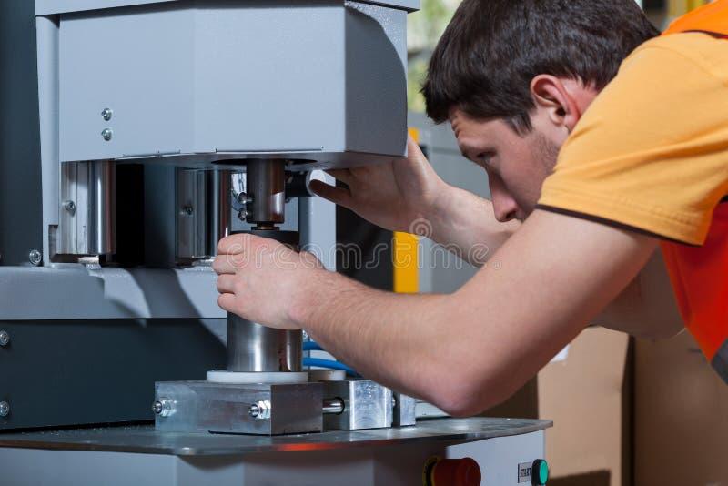 Operador de máquina no trabalho imagem de stock