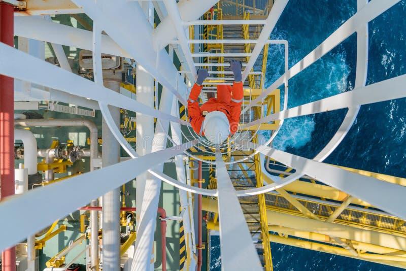 Operador de produção offshore de petróleo e gás sobe até à plataforma de processamento de gás para verificar o estado do tratamen fotos de stock royalty free