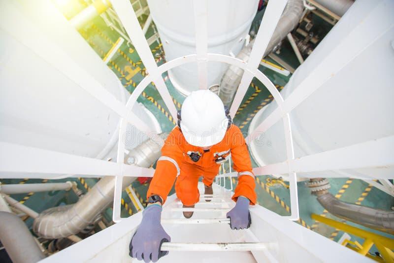 Operador de producción escalar hasta la planta de proceso de petróleo y gas para observar el proceso de deshidratación de gas fotografía de archivo libre de regalías
