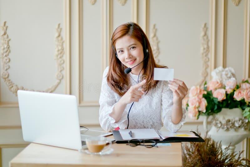 operador de sexo femenino cómodo del servicio de ayuda imagen de archivo libre de regalías
