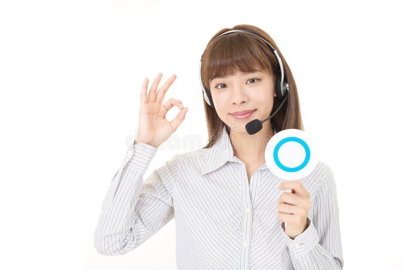 Operador de sorriso do centro de chamadas imagens de stock