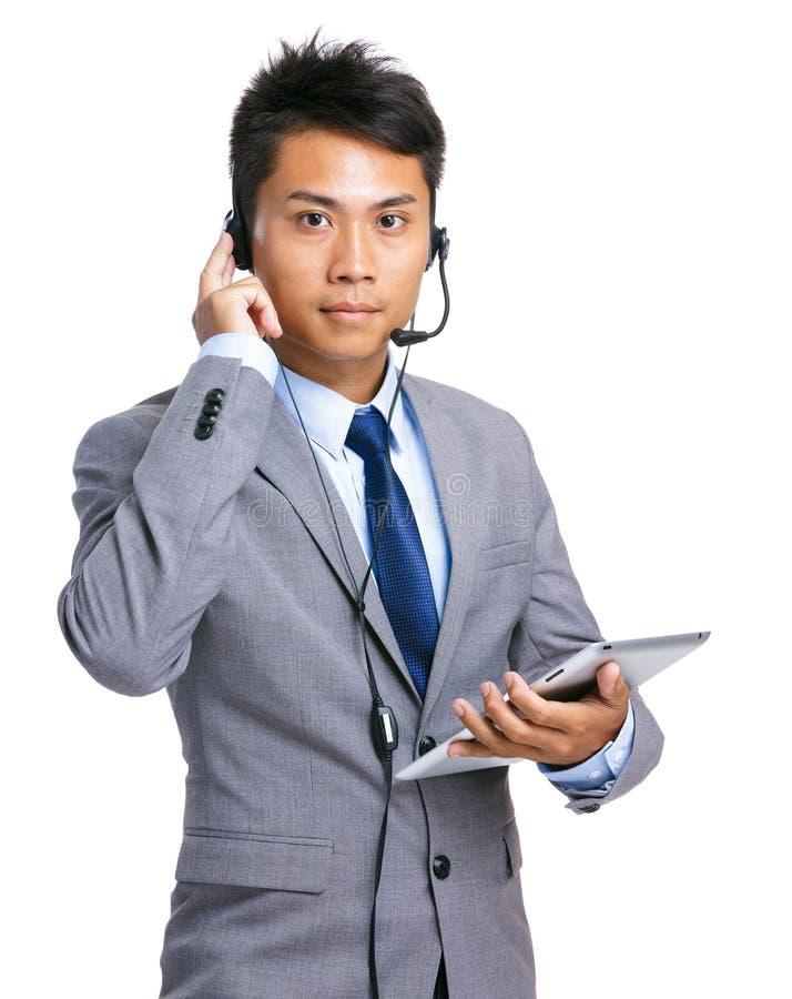 Operador del puesto de informaciones con la tableta imagenes de archivo