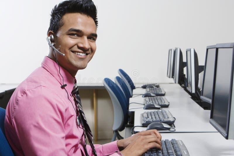 Operador del servicio de atención al cliente que trabaja en oficina fotos de archivo libres de regalías