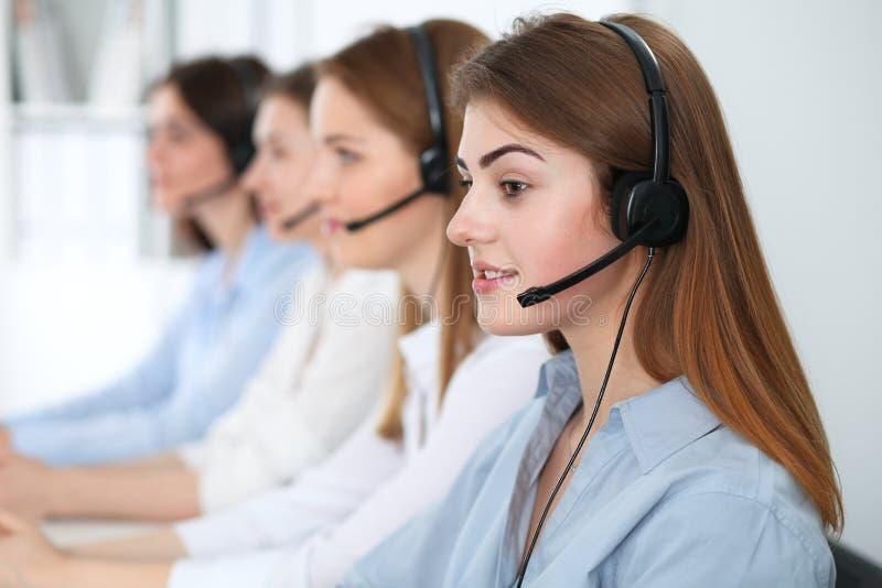 Operador do centro de chamadas Mulher moreno bonita nova nos auriculares Conceito do negócio foto de stock royalty free