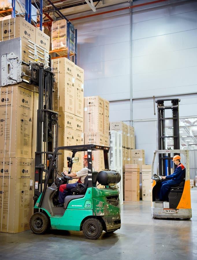 Operador do Forklift no trabalho no armazém foto de stock royalty free