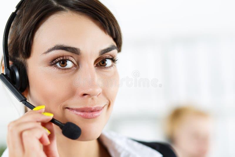 Operador fêmea do serviço do centro de atendimento imagem de stock