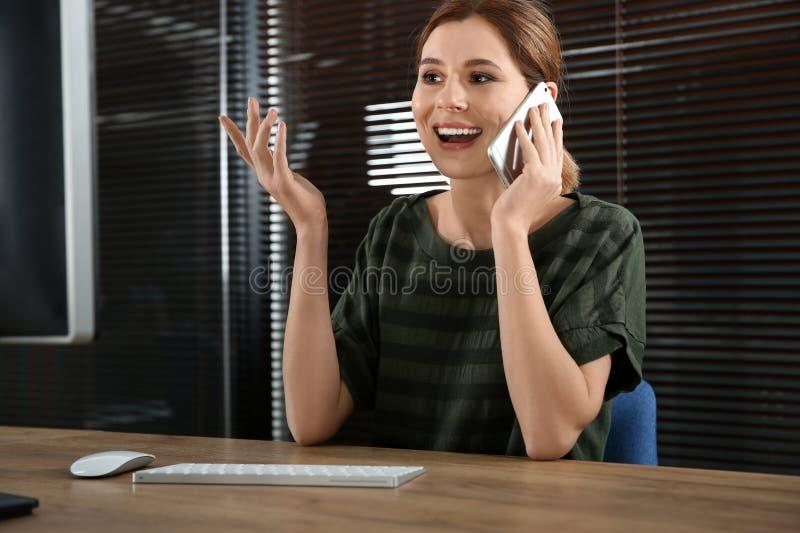 Operador fêmea do suporte laboral que fala no telefone celular foto de stock royalty free