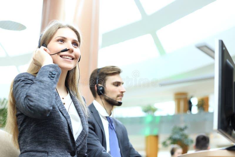 Operador f?mea do apoio ao cliente com auriculares e sorriso imagem de stock