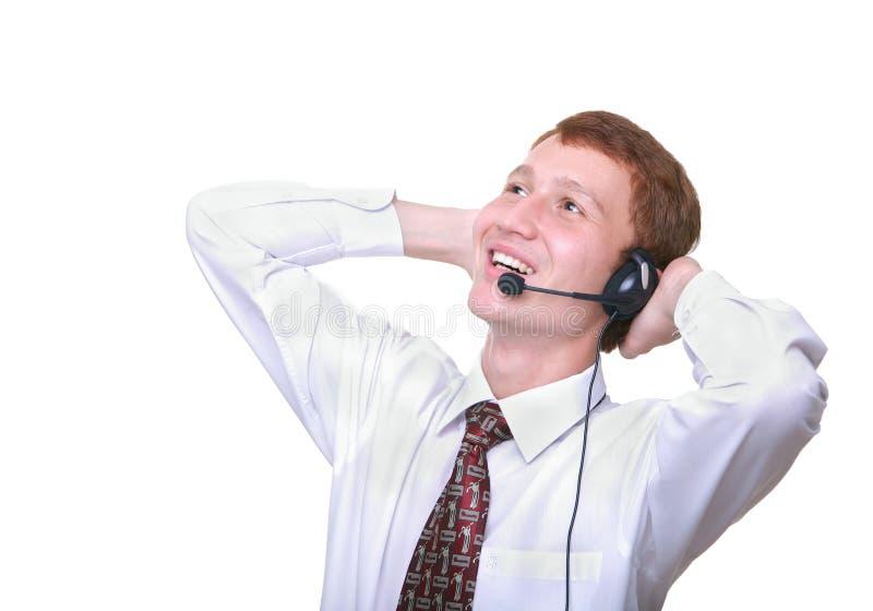 operador isolado do homem novo com descanso dos auriculares imagem de stock