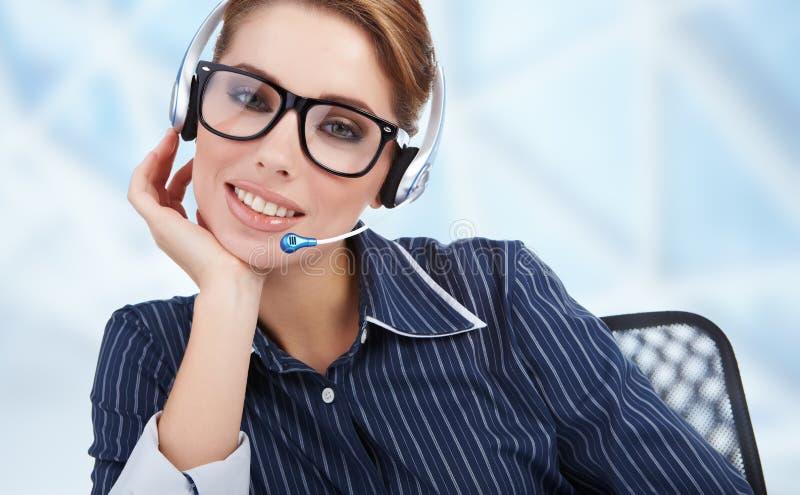 Operador nos auriculares no local de trabalho imagem de stock