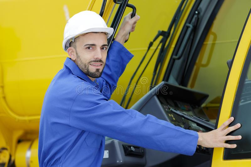 Operador pesado de sexo masculino del equipo que sonríe antes de ir a bordo fotos de archivo libres de regalías