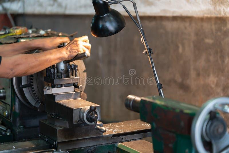 Operador profissional: equipe a máquina de moedura de funcionamento do torno - conceito metalúrgico da indústria Lath do controle imagens de stock