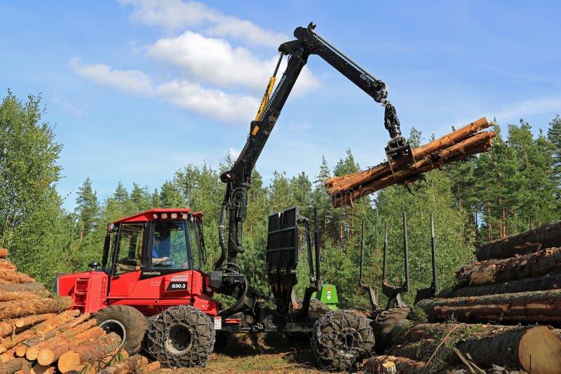 Operador que apila encima de registros con KOMATSU 830 Promotor de la silvicultura 3 fotos de archivo libres de regalías