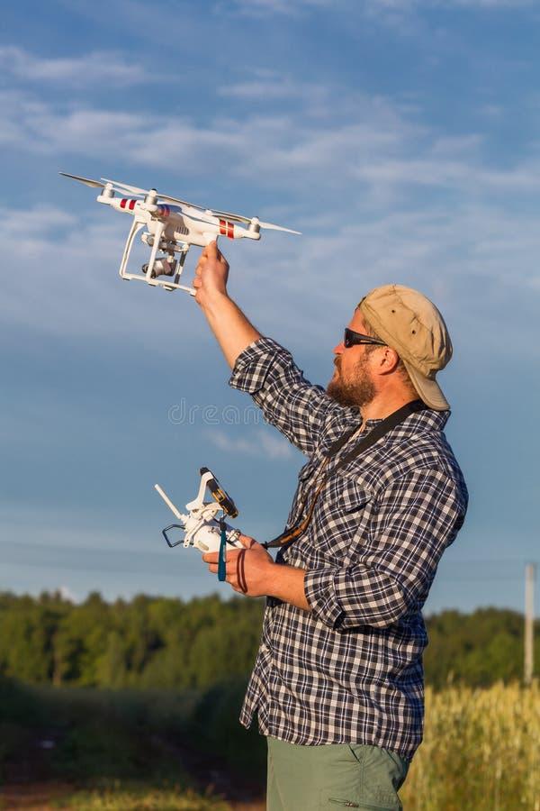Operador que sostiene el abejón y el regulador en sus brazos imágenes de archivo libres de regalías