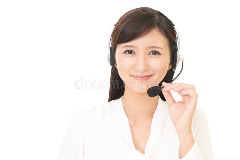 Operador sonriente del centro de atención telefónica foto de archivo libre de regalías
