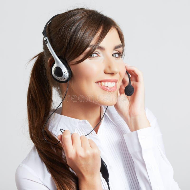 Operador sonriente del centro de atención telefónica con las auriculares del teléfono imagenes de archivo