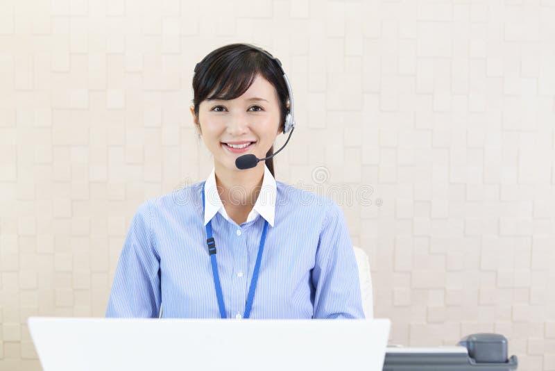 Operador sonriente del centro de atenci?n telef?nica imágenes de archivo libres de regalías