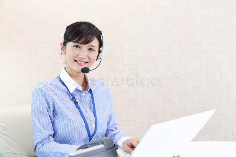 Operador sonriente del centro de atenci?n telef?nica fotos de archivo