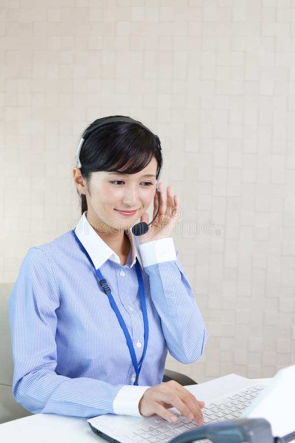Operador sonriente del centro de atenci?n telef?nica imagen de archivo libre de regalías