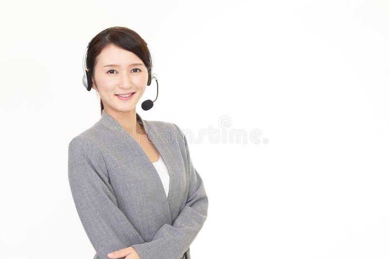 Operador sonriente del centro de atenci?n telef?nica foto de archivo