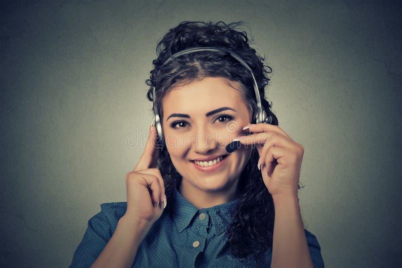 Operador sonriente feliz del teléfono de la ayuda en auriculares fotografía de archivo libre de regalías