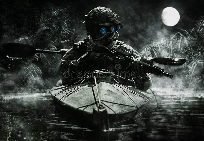 Operadores das forças especiais com óculos de proteção da visão noturna foto de stock