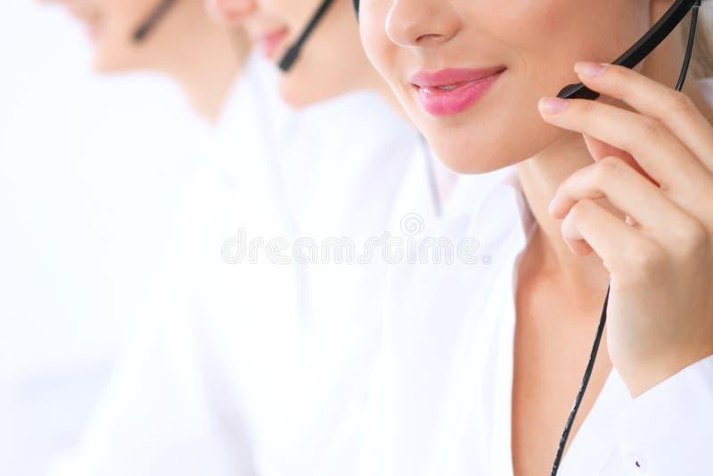 Operadores de centro de atención telefónica desconocidos en el trabajo Foco en los labios hermosos de la mujer imágenes de archivo libres de regalías