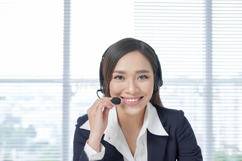 Operadores de centro de atención telefónica Mujer de negocios hermosa joven en auriculares foto de archivo