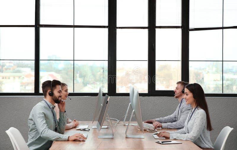 Operadores del soporte técnico que trabajan en oficina imagenes de archivo