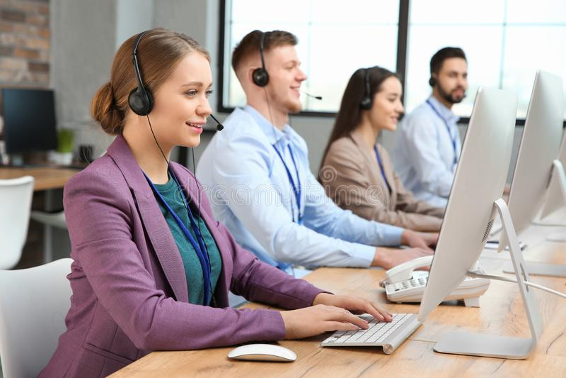 Operadores del soporte técnico que trabajan en oficina fotografía de archivo