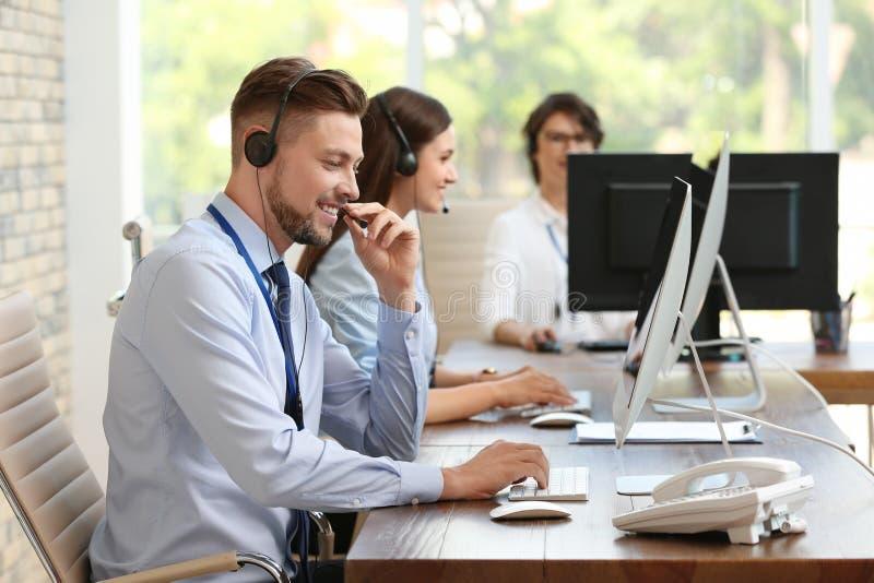 Operadores do suporte laboral com auriculares imagens de stock royalty free