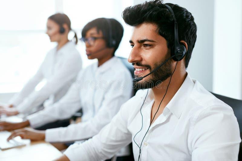 Operadores que trabalham na linha de apoio ao cliente no centro de atendimento foto de stock