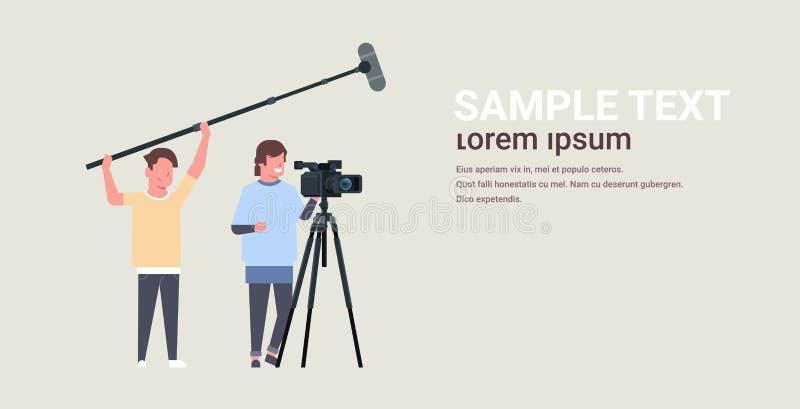 Operadores que usan la cámara de vídeo en los hombres del micrófono de la tenencia del trípode que trabajan con la fabricaci ilustración del vector