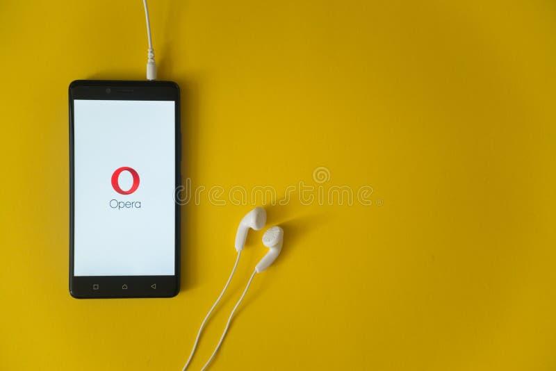 Operaembleem op het smartphonescherm op gele achtergrond royalty-vrije stock afbeeldingen