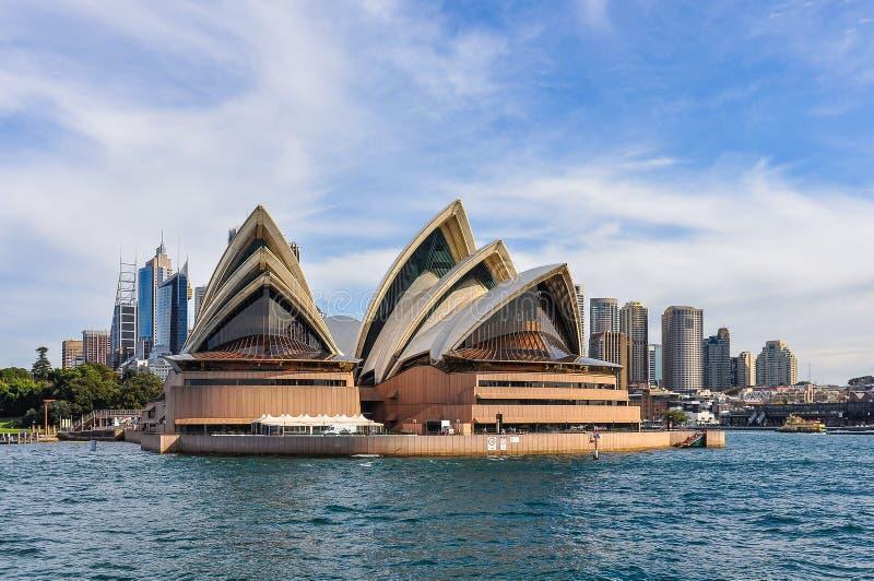 Operahus från den manliga färjan i Sydney, Australien arkivbild