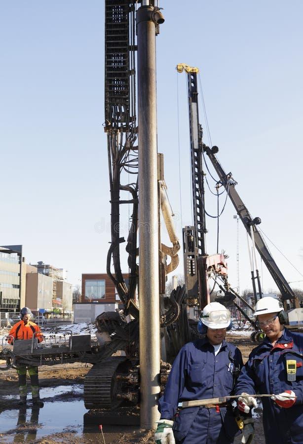 Operai della costruzione all'interno del cantiere fotografia stock