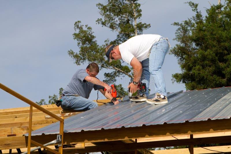 Operai di costruzione sul tetto fotografia stock libera da diritti